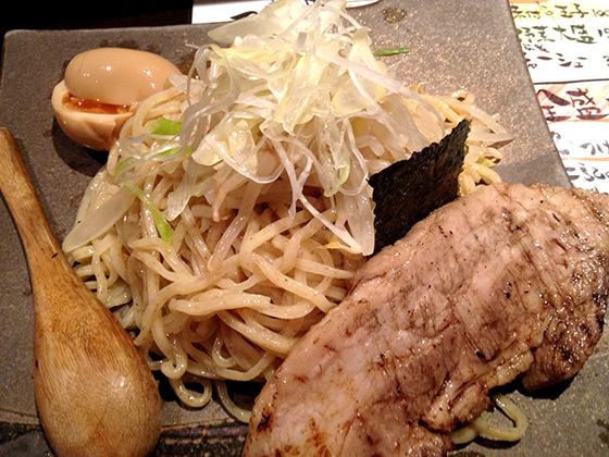 大きな炙り豚肉の入った「元祖きゅうじ」
