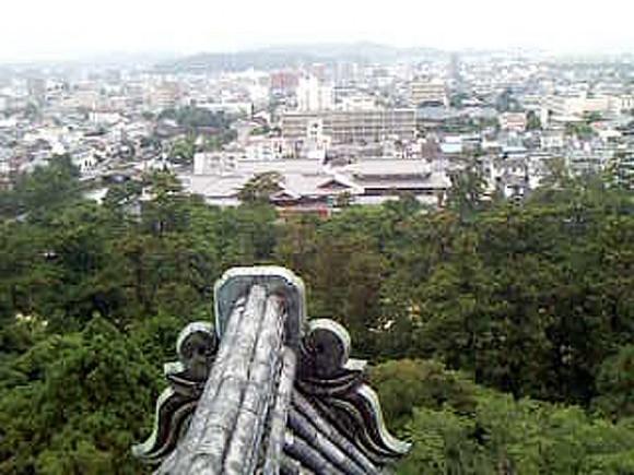 松江城の天守閣から市街地を一望する