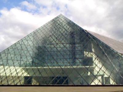 太陽の日からが降り注ぐガラスのピラミッド