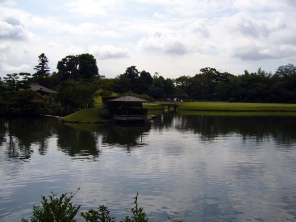 岡山後楽園にて池を撮影