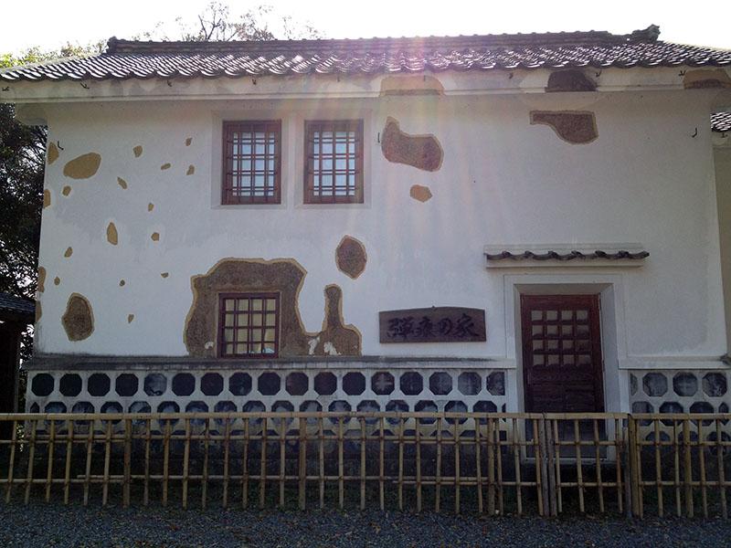 砲弾の跡が生々しく残る弾痕の家(復元)