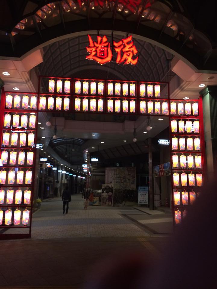 蜷川さん本人が設置を提案。提灯は全面花柄で約90個を配置