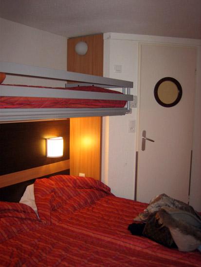 モーテルは狭い部屋だけど、寝るだけだし我慢