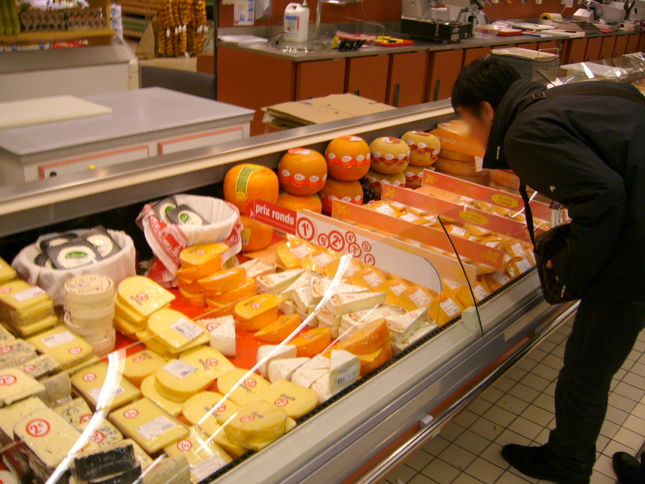 チーズの種類が豊富ですね。奥のオレンジ色もチーズかな?