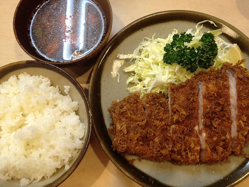 とんかつ定食(¥1400) 生姜の風味を強く効かせた豚汁が付きます。