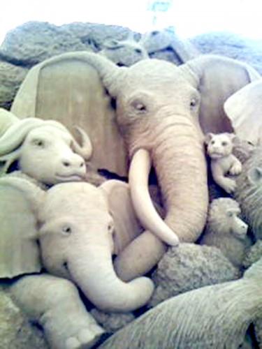 象や水牛などシワまで繊細なつくり