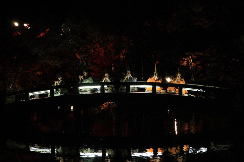 笛の音と、池に反射した紅葉も幻想的