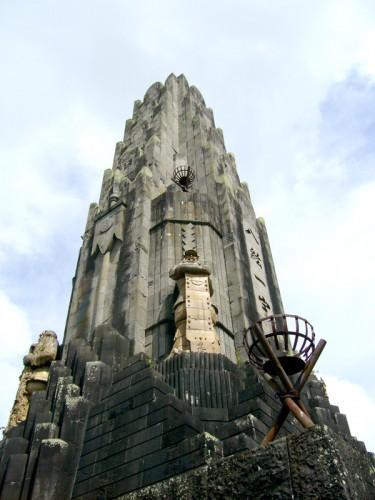 間近で見た平和の塔