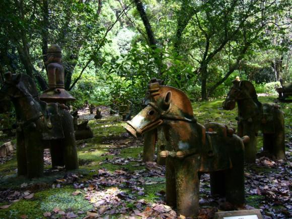 森林の中の埴輪たちに古代人の暖かさを感じる