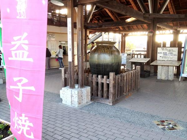 益子駅前に飾られている陶器オブジェ