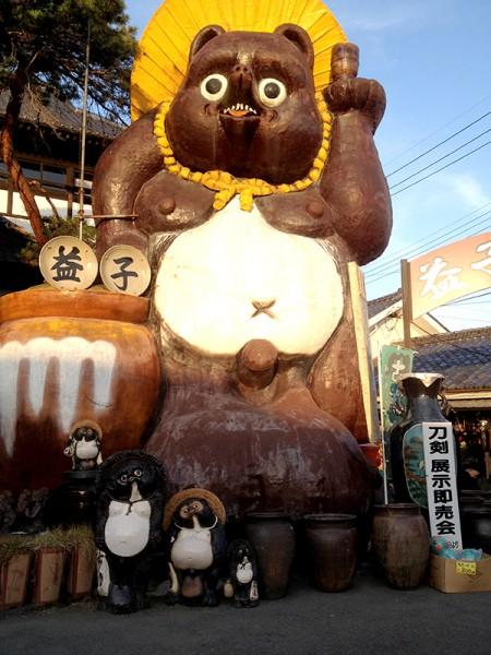 滋賀の信楽焼きを思わせる巨大タヌキの陶器