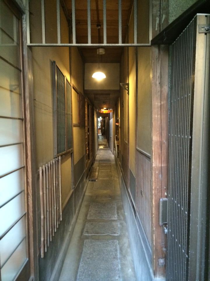 ゲストハウス「あなごのねどこ」の長廊下が名所